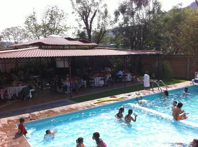 Jardin de fiestas con alberca en queretaro for Albercas para fiestas