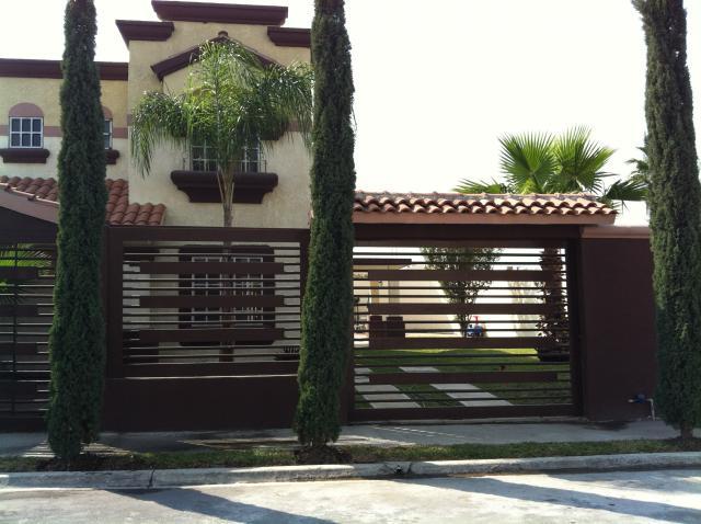 Vendo casa de 2 plantas muy bonita con bastante terreno for Casas en monterrey