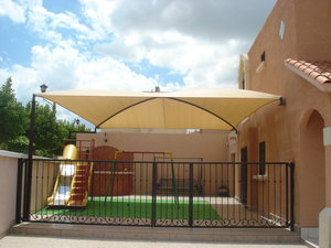 Im genes de malla sombra toldos y estructuras herrera s a for Toldos y techos para patios