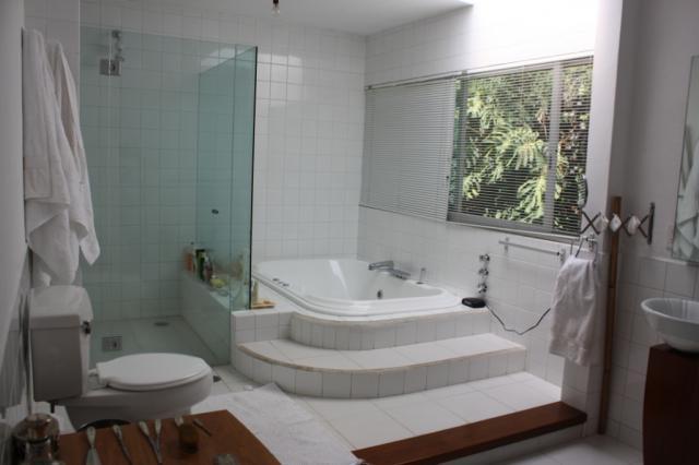 Baño Con Closet Vestidor:con 1 cama king size y baño completo con tina
