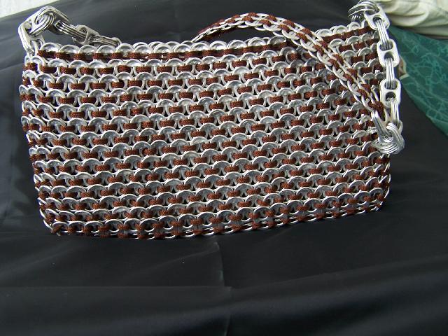 Bolsas tejidas a mano con anillas de lata en Juarez